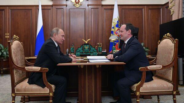 Владимир Путин и глава компании Россети Павел Ливинский во время встречи. 1 марта 2019