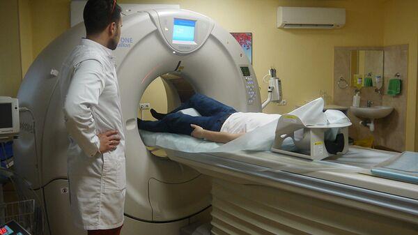 Пациенту делают компьютерную томографию коленного сустава. Полученные снимки отправят в компанию ИТК Эндопринт, сотрудники которой спроектируют на их основе 3D-модель искусственного сустава