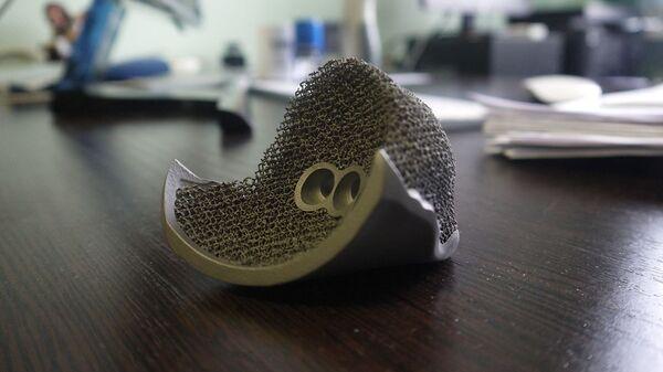 Искусственный тазобедренный сустав из титанового сплава, распечатанный на 3D-принтере