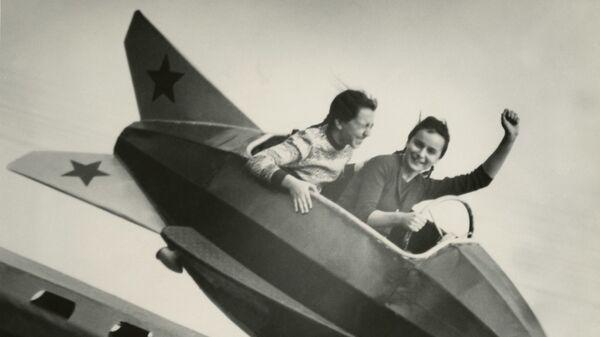 Михаил Грачев. Москвичи. Аттракцион в парке. Москва. 1956