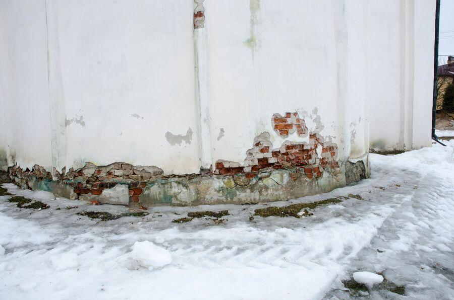 Храм Спаса на Ильине в Новгороде, разрушение штукатурки и кладки