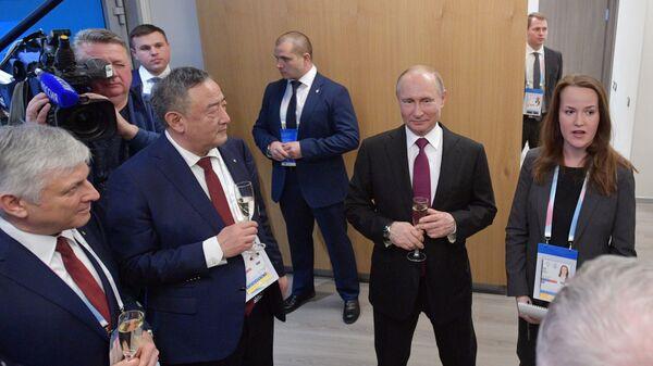 Президент РФ Владимир Путин во время встречи с членами исполнительного комитета Международной федерации университетского спорта (FISU)