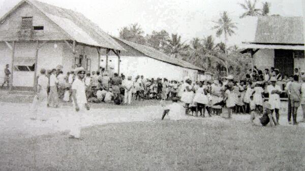 Жители острова Диего-Гарсия во время оповещения о введении закона, который позволит депортировать все население островов Чагос на Маврикий и Сейшельские острова. 9 апреля 1971
