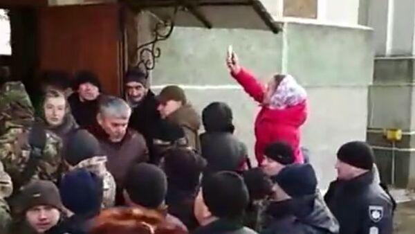 Скриншот видео, где радикалы из экстремистского движения Правый сектор (запрещено в РФ) и сторонники новой церкви Украины захватили храм в Тернопольской области. 4 марта 2019