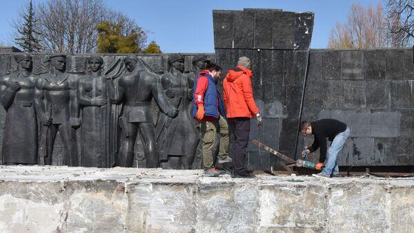 Демонтаж стелы Монумента Славы во Львове