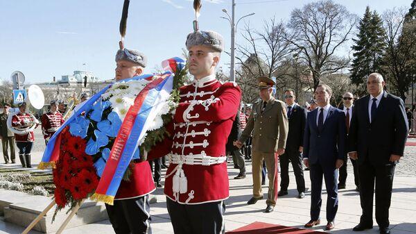 Председатель правительства РФ Дмитрий Медведев и премьер-министр Болгарии Бойко Борисов во время возложения венка к могиле неизвестного солдата в Софии. 4 марта 2019
