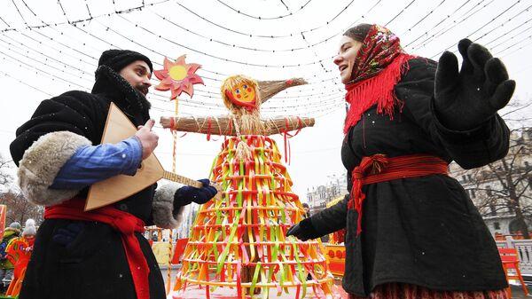 Участники Масленичных гуляний в рамках фестиваля Московская Масленица