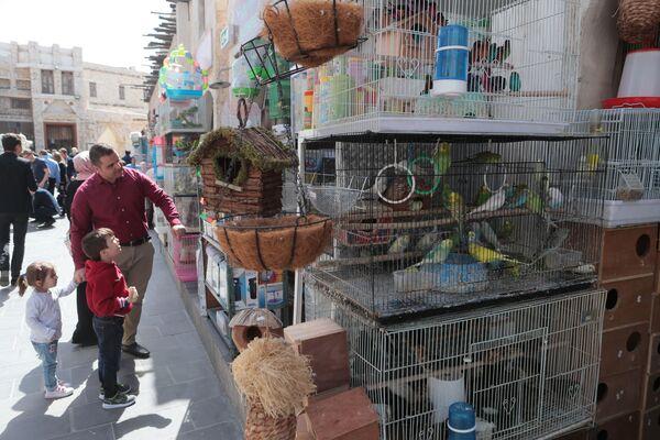 Покупатели на старом рынке в Дохе
