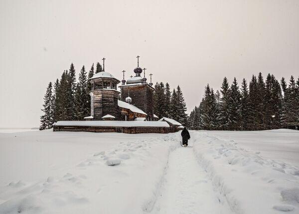 Церковь Иоанна Предтечи на территории мужского монастыря Свято-Ильинская Водлозерская Пустынь на острове Малый Колгостров озера Водлозеро в Карелии