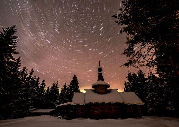 Звездное небо над храмом Иоанна Предтечи на территории мужского монастыря Свято-Ильинская Водлозерская Пустынь на острове Малый Колгостров озера Водлозеро в Карелии