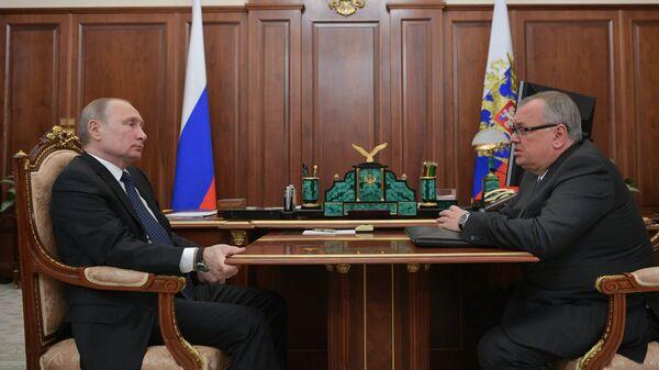 Президент РФ Владимир Путин и глава правления банка ВТБ Андрей Костин во время встречи