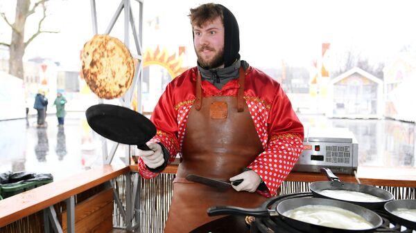 Приготовление блинов на традиционной масленичной ярмарке на ВДНХ в Москве