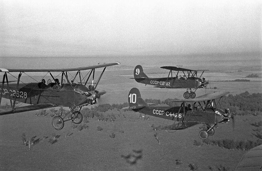 В полете учебно-тренировочные самолеты У-2. 1940 год