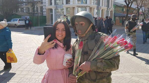 В Симферополе переодетые в вежливых людей активисты поздравили женщин с 8 марта