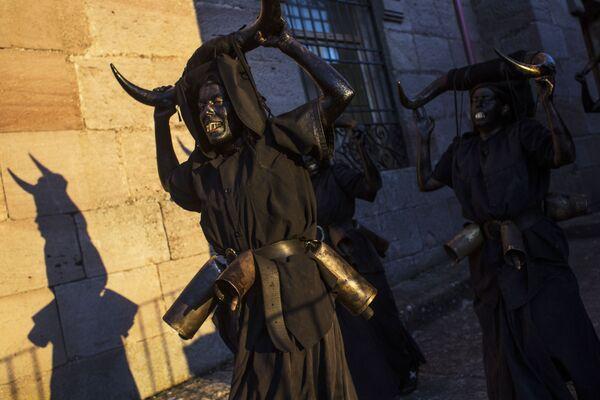 Участники карнавала Diablos de Luzon в испанском городе Лусон