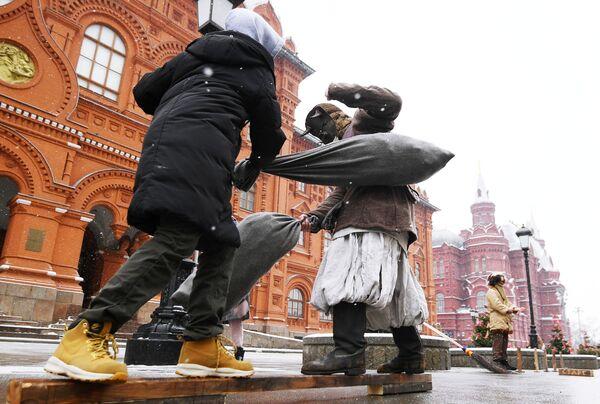 Участники Масленичных гуляний в рамках фестиваля Московская Масленица на Манежной площади в Москве