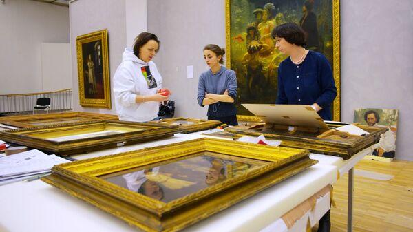 Сотрудники музея во время подготовки выставки Ильи Репина в Третьяковской галерее на Крымском валу