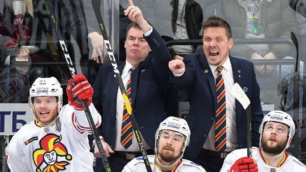 Главный тренер Йокерита Лаури Марьямяки (справа на втором плане)