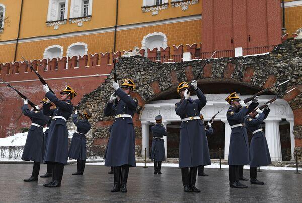 Солдаты Президентского полка и музыканты Президентского оркестра торжественно поздравили женщин с Международным женским днем в Александровском саду в Москве
