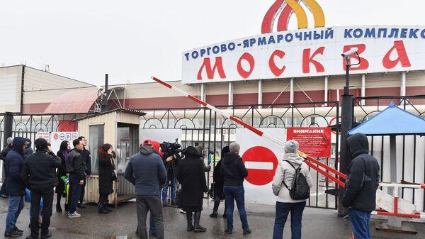 Люди у въезда на территорию торгово-ярмарочного комплекса Москва. 11 марта 2019