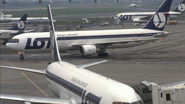 Самолеты авиакомпании LOT в аэропорту Варшавы