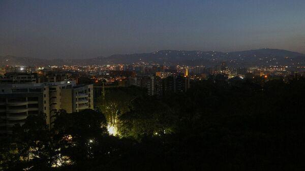 Улицы и дома Каракаса с частично восстановленным электроснабжением