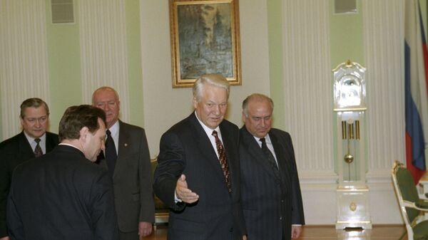 Президент России Борис Ельцин проводит в Кремле рабочее совещание по проблемам предполагаемого расширения НАТО