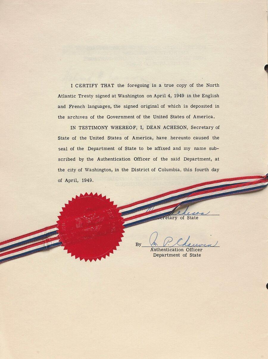 Страница аутентификация Североатлантического договора, заверенная госудаственным секретарем США Дином Ачесоном