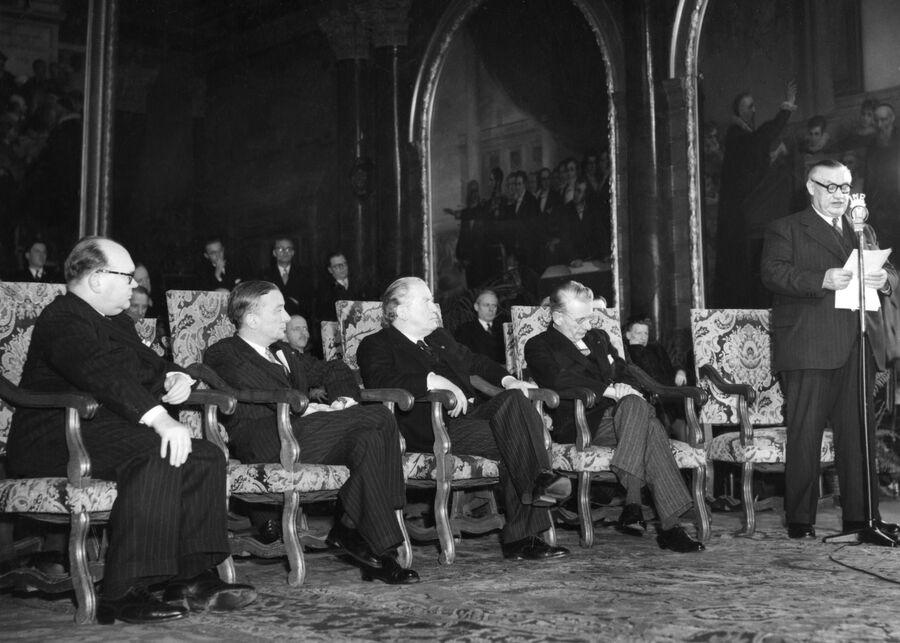 Эрнест Бевин выступает на церемонии подписания Брюссельского пакта. 1948 год