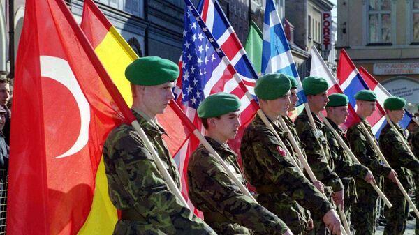 Чешские солдаты с флагами стран-членов НАТО во время военного парада в Либереце. 12 марта 1999