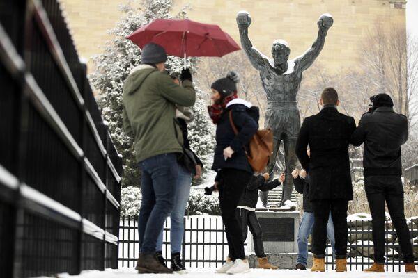 Туристы у статуи Рокки в Филадельфии