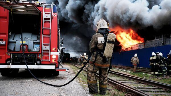Сотрудники МЧС во время тушения пожара на складе с полиэтиленовой и бумажной тарой в промышленной зоне Краснодара. 12 марта 2019