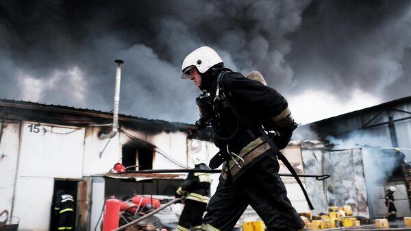 Сотрудники МЧС во время тушения пожара