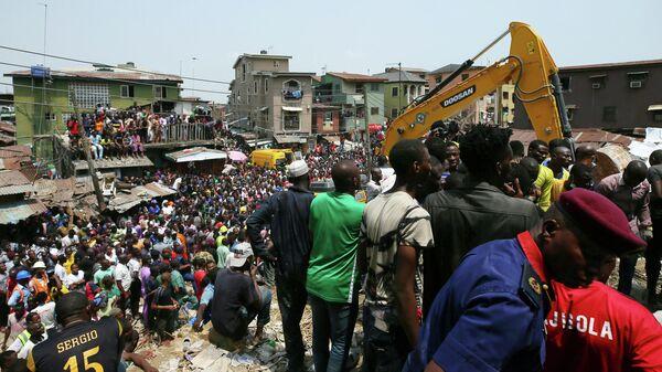 На месте обрушения здания школы в Лагосе, Нигерия. 13 марта 2019