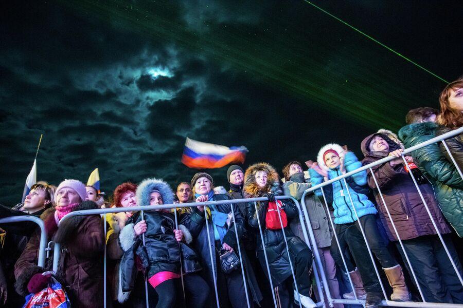 Жители Симферополя на концерте Крым-Весна, который проходит на площади Ленина в центре города, в день голосования на референдуме о статусе Крыма