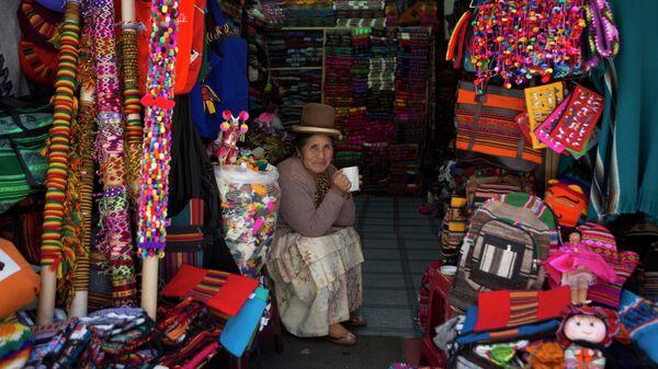 Продавщица на рынке ведьм в Ла-Пасе, Боливия