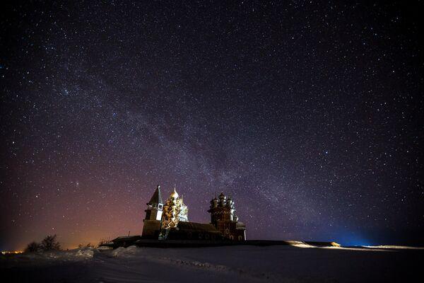 Звездное небо над государственным историко-архитектурным и этнографическим музеем-заповедником Кижи в Республике Карелия