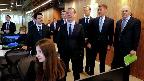 Председатель правительства РФ Дмитрий Медведев  во время посещения ММДЦ Москва-Сити