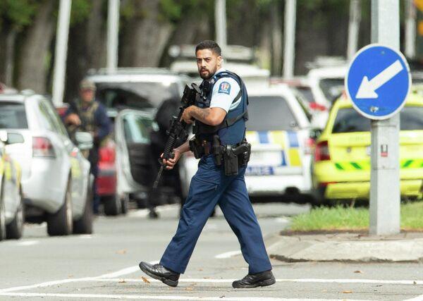 Сотрудник правоохранительных органов рядом с местом стрельбы в мечети города Крайстчерч, Новая Зеландия