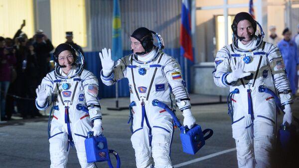 Члены основного экипажа 59/60-й длительной экспедиции на МКС астронавт NASA Кристина Кох, космонавт Роскосмоса Алексей Овчинин и астронавт NASA Ник Хейг перед запуском ракеты-носителя Союз-ФГ с транспортным пилотируемым кораблем Союз МС-12 с космодрома Байконур
