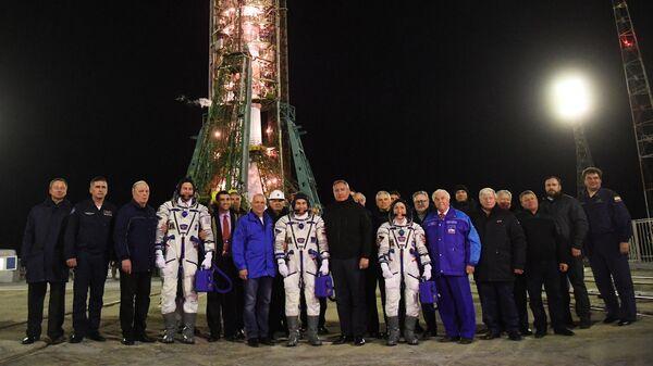 Глава госкорпорации Роскосмос Дмитрий Рогозин и члены основного экипажа 59/60-й длительной экспедиции на МКС во время совместного фотографирования перед запуском ракеты-носителя Союз-ФГ с транспортным пилотируемым кораблем Союз МС-12 с космодрома Байкону
