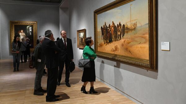 Посетители возле картины Бурлаки на Волге на выставке Ильи Репина в Третьяковской галерее на Крымском валу