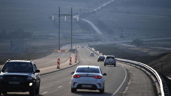 Автомобильное движение на трассе в Крыму