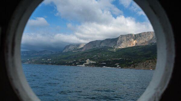 Вид на море из иллюминатора каюты парусника Херсонес в Ялте