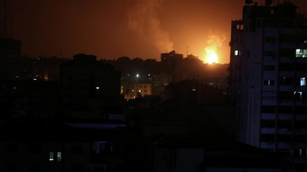 Пламя от израильских авиаударов по Газе, Палестина. 15 марта 2019
