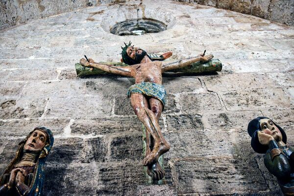Деревянное распятие в монастырской церкви Иоаннитов Сан-Хуан-дель-Оспиталь (церковь госпитальеров) в Валенсии