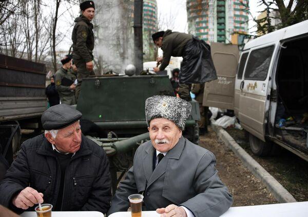 Казаки пьют чай во время празднования 5-й годовщины Общекрымского референдума 2014 года и воссоединения Крыма с Россией в парке имени Юрия Гагарина в Симферополе
