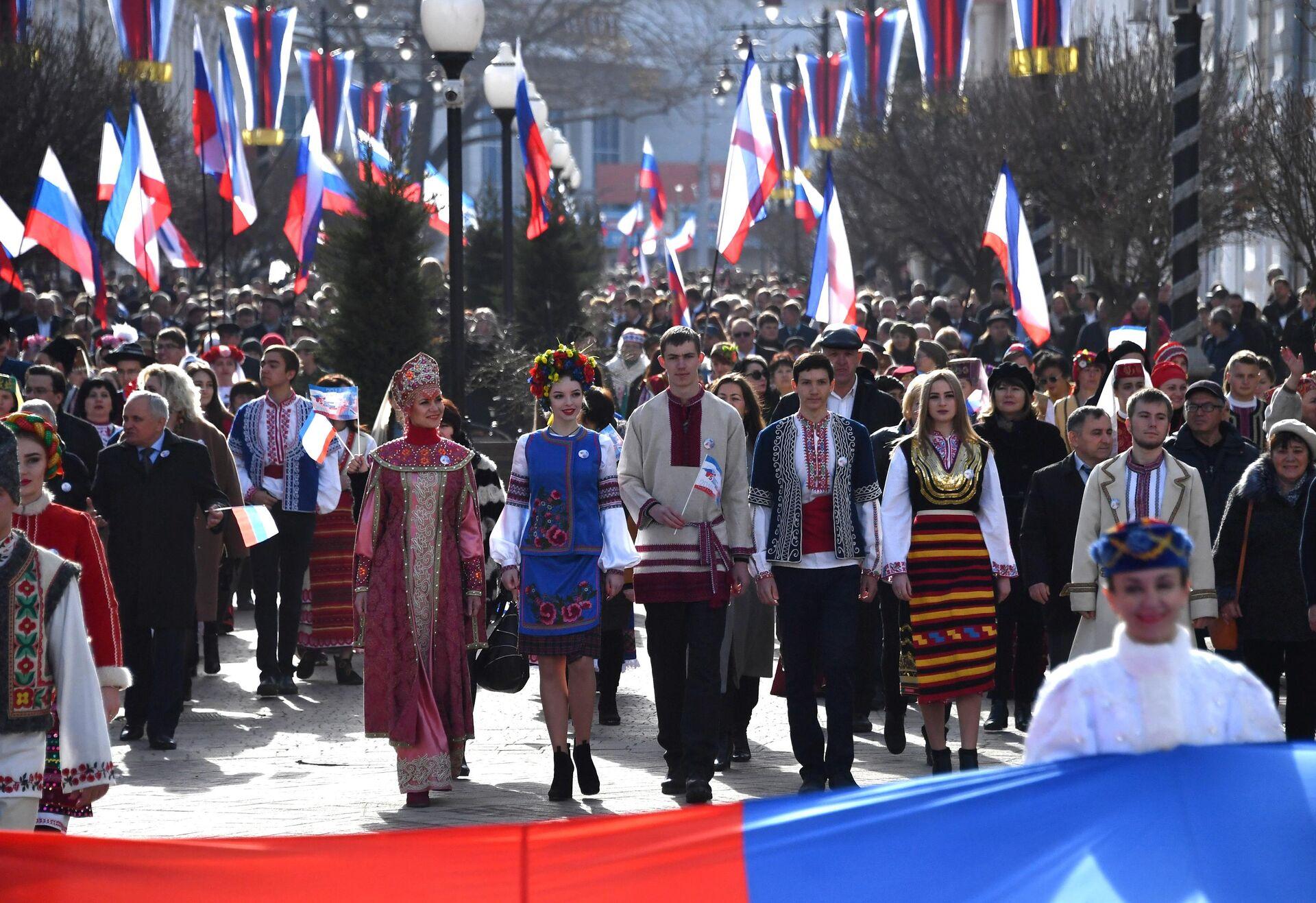 Праздничное шествие, посвященное годовщине Общекрымского референдума 2014 года и воссоединения Крыма с Россией, на одной из улиц в Симферополе - РИА Новости, 1920, 12.03.2021