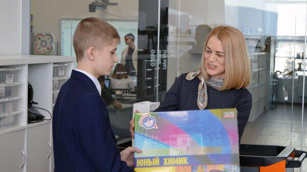 Путин исполнил мечту школьника из Сибири, подарив ему набор юного химика