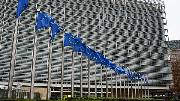 Флаги с символикой Евросоюза у здания Еврокомиссии в Брюсселе